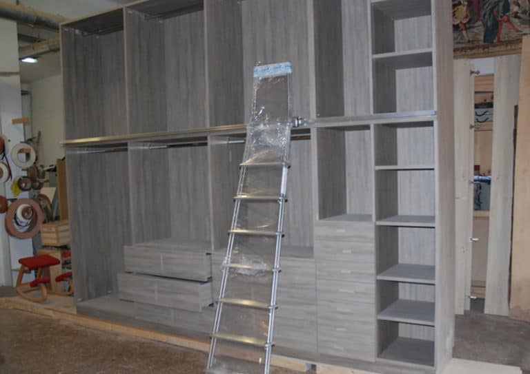 lavorazione-camera-da-letto-con-armadio-nascosto